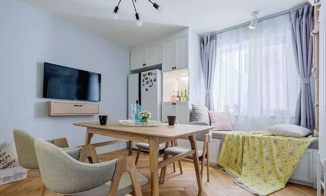 冰箱和餐边柜设计到了一起,还比较节省空间,飘窗做成榻榻米,餐厅也能